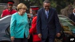 11일 에티오피아를 방문한 앙겔라 메르켈 독일 총리(왼쪽)가 하일레마리암 데살렌 에티오피아 총리와 함께 아디스아바바의 회담 장소로 입장하고 있다.