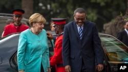La chancelière allemande Angela Merkel, à gauche, est accueillie par le Premier ministre Hailemariam Desalegn, à Addis Ababa, le 11 octobre 2016.