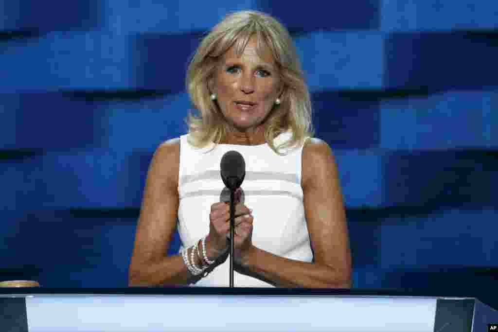 Istri Wakil Presiden AS Dr. Jill Biden berbicara pada hari ketiga Konvensi Nasional Partai Demokrat di Philadelphia, Rabu (27/7). (AP/J. Scott Applewhite)