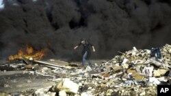 Un manifestante se pone a cubierto durante enfrentamientos con solados israelíes cerca de Ramala, Cisjordania, el 13 de diciembre de 2018.