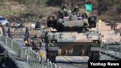 2일 한국 경기도 여주시 연양동 도하훈련장에서 호국훈련의 일환으로 진행된 한국 육군 8사단 도하작전에서 K-30 비호가 부교를 건너고 있다.