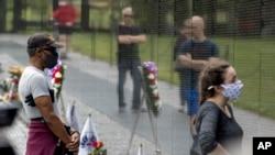 Vizitorët lexojnë emrat e të rënëve në Luftën e Vietnamit