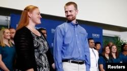 Američki lekar Kent Brentli sa suprugom Ember na pres konferenciji u Univerzitetskoj bolnici Emori u Atlanti.