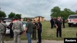 Aparat penegak hukum memeriksa lokasi pangkalan udara di San Antonio, meski diyakini penembak melakukan bunuh diri setelah membunuh seorang lainnya, Jumat (8/4).