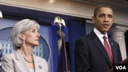 Presiden Barack Obama bersama Menteri Kesehatan dan Layanan Publik Kathleen Sebelius saat menjelaskan kebijakan baru soal keluarga berencana (10/2).