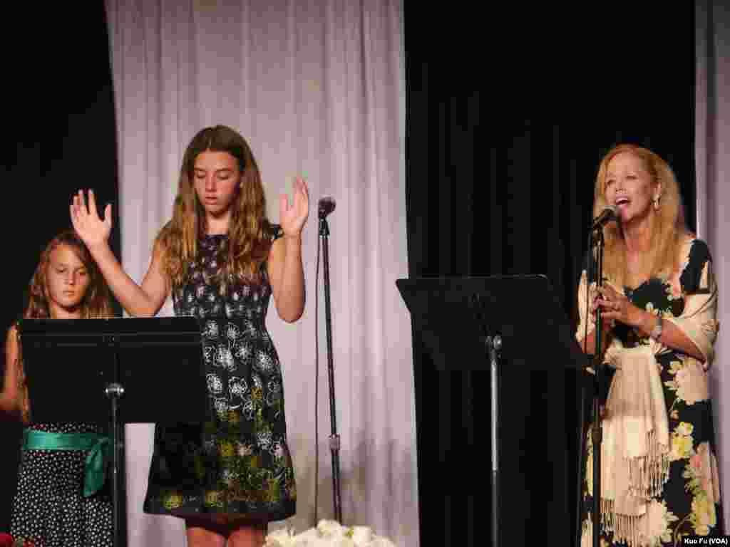 母亲演唱,女儿手语(美国之音国符拍摄)