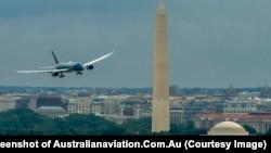 Máy bay Boeing 787-9 đầu tiên của Vietnam Airlines bay ngang qua tượng đài Washington ở thủ đô Mỹ hồi tháng 7/2015. Hãng hàng không quốc gia Việt Nam vừa có được giấy phép để bay thẳng tới Mỹ. (Screenshot of Australianaviation.Com.Au)