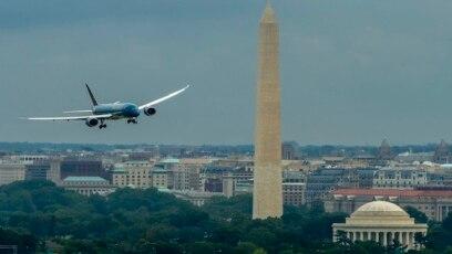 Một chiếc máy bay Boeing của Vietnam Airlines bay trên bầu trời Washington DC.