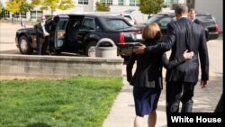 奧巴馬總統2015年10月9日去到俄勒岡州看望校園槍擊案罹難者家屬(圖片來自白宮官方網站)