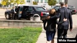 Tổng thống Obama đi ra xe cùng với Thống đốc bang Oregon Kate Brown sau khi thăm gia đình của các nạn nhân vụ nổ súng hàng loạt tại Roseburg, Oregon, 9/10/2015.