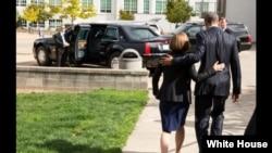 奥巴马总统2015年10月9日去到俄勒冈州看望校园枪击案罹难者家属(图片来自白宫官方网站)
