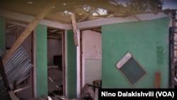 დაწყებითი სკოლის შენობა ნიქოზში, დაბომბვის შემდეგ. 2008 წლის აგვისტო