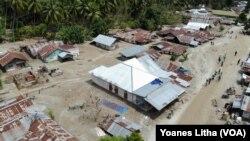 Foto udara yang diambil pada 1 Mei 2019 memperlihatkan sebagian dari Luasan wilayah desa Bangga pasca peristiwa banjir bandang pada tanggal 29 April 2019. (Foto: VOA/Yoanes Litha)