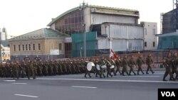 俄罗斯是否会派出实战部队参加北京阅兵引关注。5月4日阅兵彩排,俄军部队进入红场 (美国之音白桦)