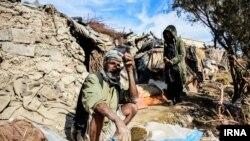 ایرنا از حاشیه نشینی دو مرد در زابل بخاطر خشکی دریاچه هامون در سیستان و بلوچستان خبر داده است - آرشیو