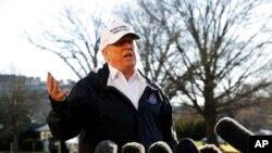Prezidan Donald Trump kap pale ak laprès apre pandan li tap kite Mezon Blanch jedi 10 janvye 2019 avan li te al fè yon vizit sou fwontyè a Etazini pataje ak Meksik. (Foto: AP/Jacquelyn Martin)