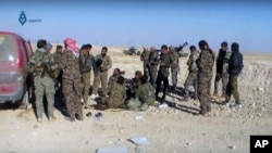 库尔德主导的叙利亚部队在美国战机和军事顾问的支援下,星期一经过激战夺取了拉卡市城北的一些伊斯兰国阵地。