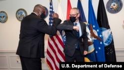 美國國防部負責政策的次長科林·卡爾博士(Dr. Colin Kahl)(右)2021年4月28日宣誓就職後與防長奧斯汀碰胳膊(美國國防部照片)
