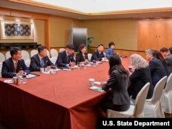 성 김 필리핀주재 대사(아래에서 세 번째)가 이끄는 미국 협상팀이 11일 최선희 북한 외무성 부상(위에서 네 번째) 등과 싱가포르 리츠칼튼 호텔에서 회담하고 있다.