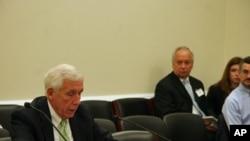 沃尔夫众议员作证