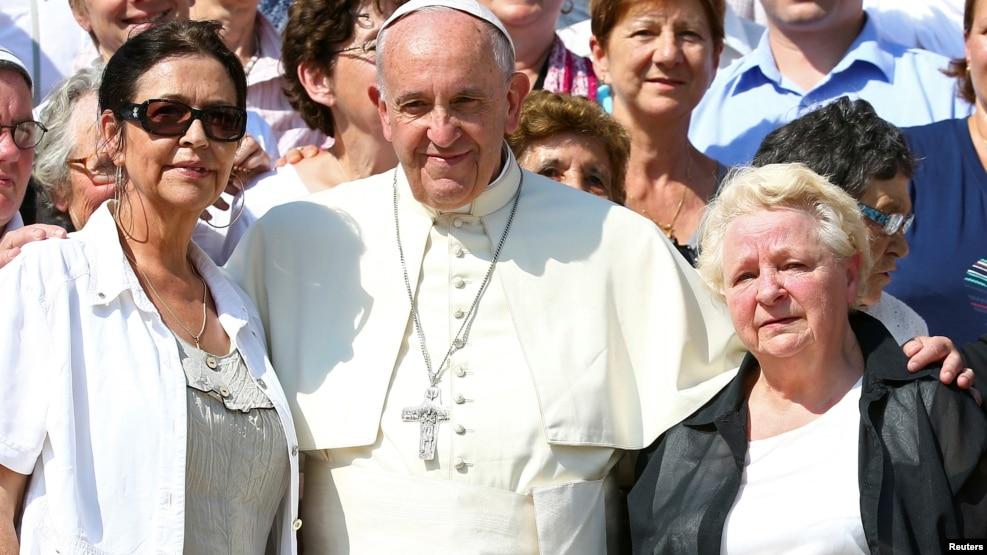 Papa Francisco e as irmãs Roselyne e Chantal Hamel,Vaticano, Setembro, 2016.