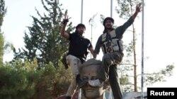 9일 시리아 다라의 52사단 기지를 장악한 반군이 승리를 자축하고 있다.