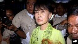 緬甸反對派領袖昂山素姬星期日到達仰光國際機場準備飛往美國進行訪問