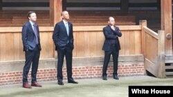 """AQSh Prezidenti Barak Obama (markazda) Londondagi """"Globus"""" teatrini ko'zdan kechirmoqda, 23-aprel, 2016-yil"""