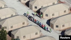 """Anak-anak imigran, banyak di antaranya yang telah terpisah dari orang tuanya di bawah kebijakan """"tanpa toleransi"""" dari pemerintahan Trump, ditampung di tenda-tenda dekat perbatasan Meksiko di Tornillo, Texas, AS (foto: Reuters/Mike Blake)"""