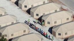 Trẻ em di dân xếp hàng đi trong khu lều trại câu lưu di dân vượt biên giới vào Mỹ bất hợp pháp, ngày 18 tháng 6 ở Tornillo, bang Texas, ngày 18 tháng 6, 2018.