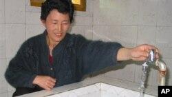 지난 2005년 북한 평양 인근의 한 농장에서 외부 지원으로 지어진 급수시설을 사용하는 북한 주민 (자료사진)