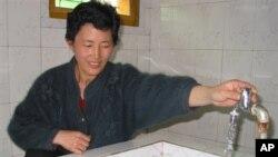 지난 2005년 평양 인근 농장에서 한 주민이 적십자 지원으로 지어진 급수시설을 이용하고 있다. (자료사진)