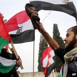 Des Palestiniens manifestant à Gaza contre le président Moubarak