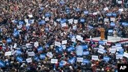 Senator Berni Sanders proglašava zvanični početak svoje izborne kampanje okružen pristalicama u Bruklinu, 2. marta 2019.