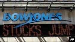 Mã cổ phiếu Dow Jones ở quảng trường Thời đại, New York, thông báo sự phục hồi chứng khoán, ngày 25/8/2015.