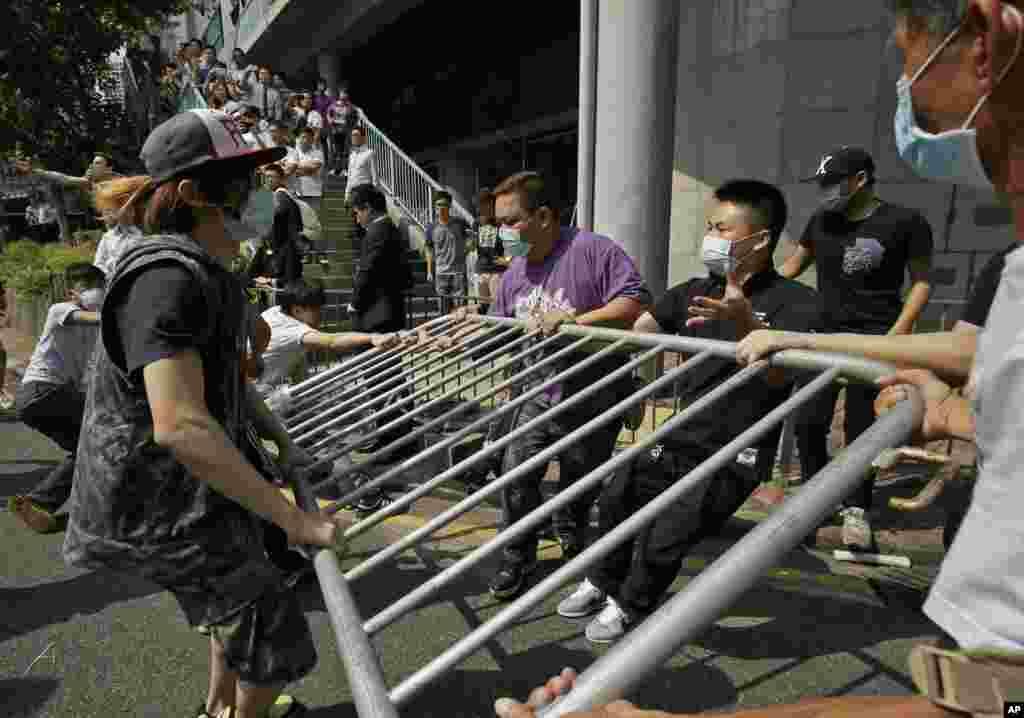 Антимайданівці розбирають барикади.