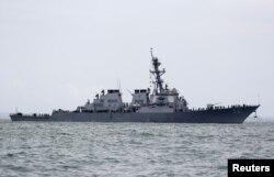 រូបឯកសារ៖ នាវាពិឃាដអាមេរិកដែលបំពាក់ដោយមីស៊ីលបញ្ជា USS John S. McCain នៅក្នុងដែនទឹកប្រទេសសិង្ហបុរី កាលពីថ្ងៃទី២១ ខែសីហា ឆ្នាំ២០១៧។