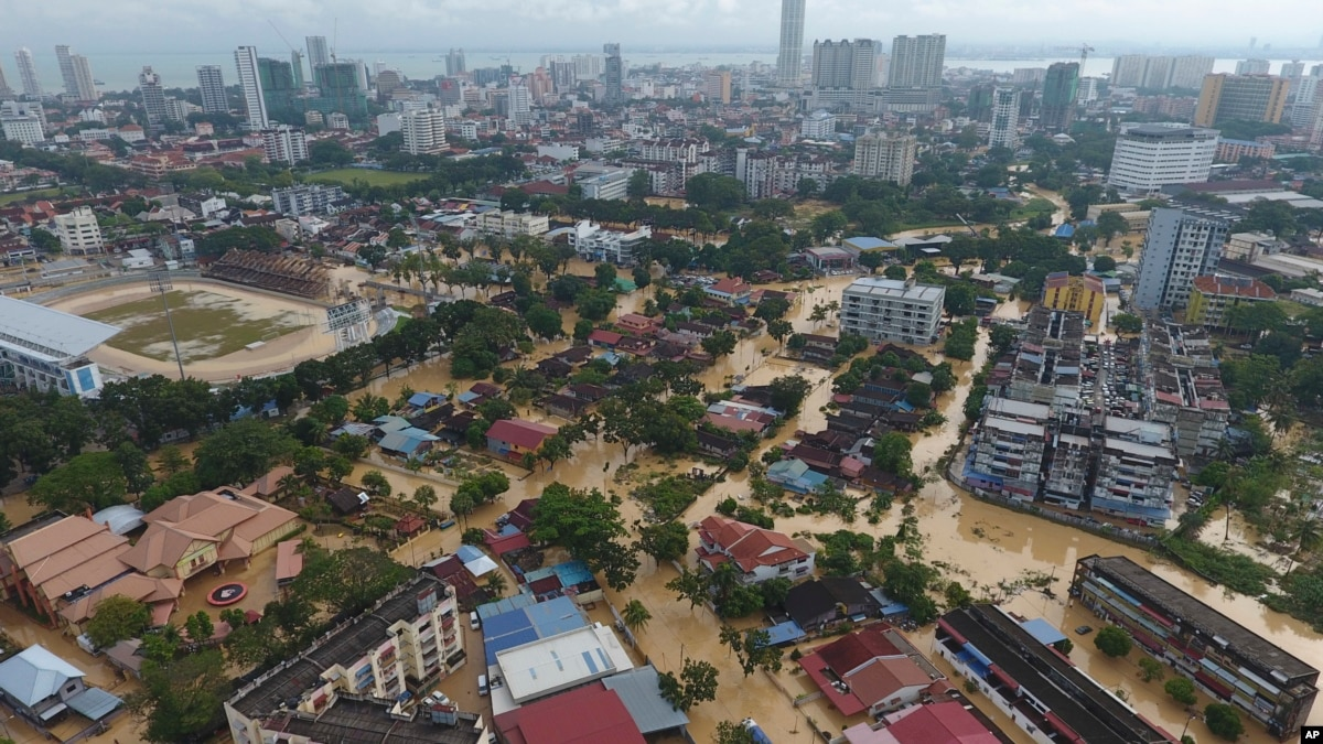 Heavy Rain, High Winds Force Malaysians to Flee
