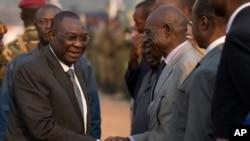 Le président Michel Djotodia, le 8 janvier 2014, saluant des dignitaires à l'aéroport de Bangui avant son départ pour le sommet de Ndjamena, où il annoncera sa démission le 10 janvier.