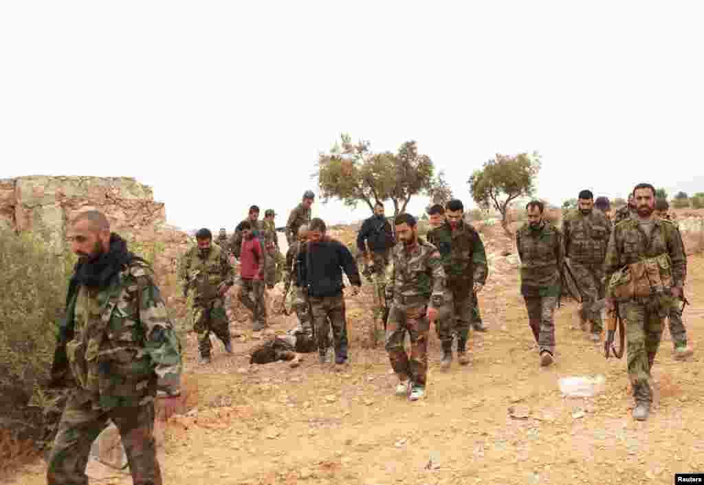25일 시리아 알레포시의 정부군 병사들이 무장한 채 이동하고 있다.