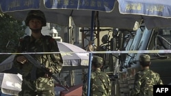 Cảnh sát Trung Quốc canh gác trên đường phố ở Kashgar