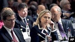 ທ່ານນາງ Hillary Clinton ພ້ອມດ້ວຍບັນດາຜູ້ນໍາໂລກ ກໍາລັງປະຊຸມກັນ ທີ່ກຸງປາຣີ ກ່ຽວກັບການລົງໂທດຄັ້ງໃໝ່ ຕໍ່ຊີເຣຍ