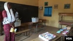 Dans une salle de Classe à Niamey, Niger, le 21 février 2016. (VOA/Nicolas Pinault)