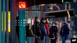 Ljudi nose maske čekaju voz na stanici podzemne željeznice u Frankfurtu, Njemačka, 12. mart 2021.