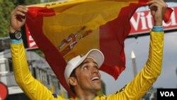 Pebalap Alberto Contador setelah menjuarai balapan Tour of France tahun 2010 (foto: dok).