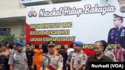 Kapolresta Yogyakarta memegang clurit yang dipakai membunuh korban (Foto: VOA/Nurhadi).