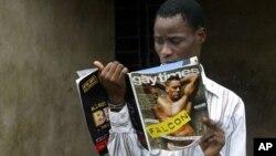 나이지리아 라고스에서 동성애 잡지를 읽는 동성애 권익 운동가. (자료사진)