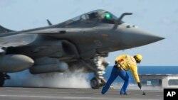 Hình ảnh phát hành ngày 23/11/2015 do Văn phòng nghe nhìn Truyền thông Quân đội Pháp (iPad), cho thấy một máy bay chiến đấu Rafale cất cánh từ boong tàu sân bay Charles De Gaulle, ở vùng biển Địa Trung Hải.