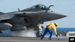 Hình ảnh phát hành ngày 23/11/2015 của cơ quan Truyền thông Nghe nhìn Quân đội Pháp (ECPAD) cho thấy một máy bay phản lực chiến đấu Rafale của Pháp cất cánh từ boong tàu sân bay Charles De Gaulle, ở vùng biển Địa Trung Hải.