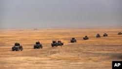 이라크 군의 모술 탈환 작전에 참가한 정예 대테러병력이 24일 모술 외곽 토브자와 마을에서 이동하고 있다.
